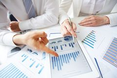 Framställning av rapporten på statistik Royaltyfria Bilder