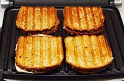 framställning av rostat bröd arkivbilder