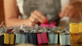 Framställning av små gåvaaskar för garnering stock video