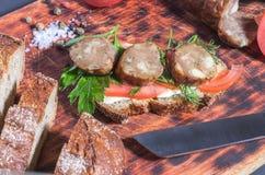 framställning av smörgåsar italiensk smaklig salamikorv för cutting Smörgås med kött och grönsaker royaltyfri fotografi