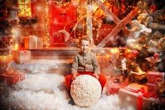 Framställning av snögubben i gård fotografering för bildbyråer