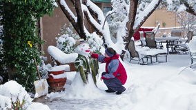 framställning av snowmanen stock video