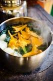 Framställning av sund grönkål och av champinjonsoppa Arkivbild