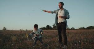 Framställning bubblar på solnedgången, farsan med hans son, tre gamla år, pervers manögonblick som tillsammans spenderar stock video