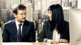 Framstickande i regeringsställning som flörtar med den gulliga sekreteraren stock video