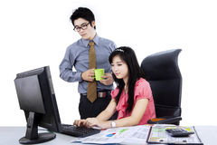 Framstickande med anställd som tillsammans arbetar Arkivfoton