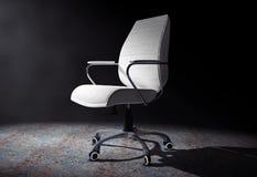 Framstickande Office Chair för vitt läder i det volymetriska ljuset 3d sliter Royaltyfria Foton