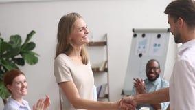 Framstickande som gratulerar kvinnlig anställdhandshaking som lovordar främja den lyckliga kvinnaarbetaren stock video