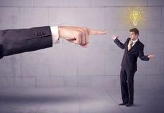 Framstickande som klandrar försäljningspersonen med en idé Arkivfoton