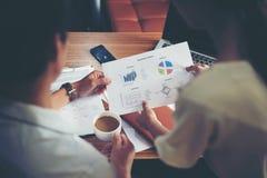 Framstickande som rymmer ett kopp kaffearbete med sekreteraren om analys Arkivbild