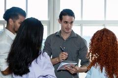 Framstickande som talar med businesspeople om nya idéer Royaltyfria Foton