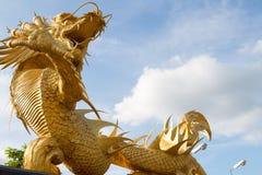 Framstickanden för huvud för makt för härligt guld- tecken för drakestatyreligion kinesiska thailändska arkivbild