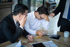 Framstickandet är mycket ilsket, och ropat till anställd för anmälde försäljningar minska, belastas anställd och satta händer på  royaltyfri fotografi