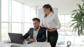 Framstickandet på tabellen, direktören och anställd, assistentuppehälle i rapporten för handarbete, sekreterare rymmer i handdoku stock video