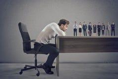 Framstickandet väljer passande kandidater till arbetsplatsen Begrepp av rekrytering och laget royaltyfri bild