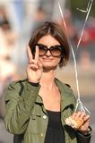 framställning av fredteckenkvinnan Royaltyfri Bild