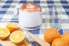 Framställning av orange fruktsafter Arkivbilder