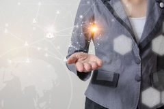 Framtid av begreppet, affärsmannen rymmer världsomspännande nätverkssymboler, och grafiskt för teknologinätverk som royaltyfri bild