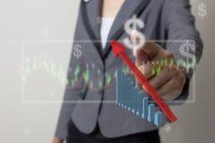 Framtid av den finansiella affärsidéen, affärsman med finanssymboler Royaltyfri Fotografi