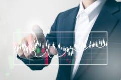 Framtid av den finansiella affärsidéen, rörande ökande graf för affärsman med finanssymboler Royaltyfria Foton