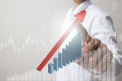 Framtid av den finansiella affärsidéen, rörande ökande graf för affärsman med finanssymboler Arkivfoton