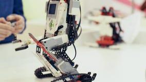 framtid nu Den moderna roboten flyttar sig framåtriktat Robotic teknologier lager videofilmer