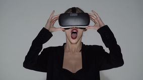 framtid nu H?rlig ung kvinnlig spela lek i vrexponeringsglas Kvinna som h?ller ?gonen p? med VR-apparaten Flicka med nöjebruk arkivfilmer