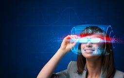 Framtida kvinna med tekniskt avancerade smarta exponeringsglas Arkivbild