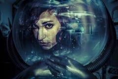 Framtida kvinnahjälmbegrepp, svart latex med neonljus Royaltyfri Fotografi