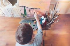 Framtida stor målare som arbetar på ny bild i konststudio Royaltyfria Foton