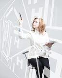 Framtida teknologi, navigering, lägebegrepp Kvinna som visar den genomskinliga skärmen med gps-navigatöröversikten Arkivbild
