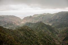 Framtidsutsiktpanoramautsikt med berg och en grön dal i La Gomera, Spanien Arkivbild