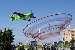 François LE Vot αεροπλάνο που πετά ενάντια στο anemona ορόσημων Στοκ Εικόνες