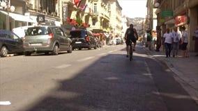 FRANÇA AGRADÁVEL, VERÃO 2016 - um ciclista monta para baixo em uma rua quieta pequena em França vídeos de arquivo