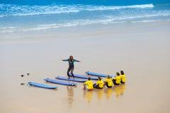 França, Biarritz, o 21 de julho de 2015: escola da ressaca na praia Fotos de Stock Royalty Free