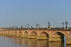 França, Bordéus, 33, ponte de Pierre e igreja do Saint Michel Fotos de Stock