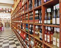 FRANÇA - 30 DE OUTUBRO DE 2014: Loja de vinho fotos de stock