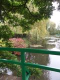 França, Loire Valley, Giverny, jardim do ` s de Claude Monet, ponte japonesa imagens de stock royalty free