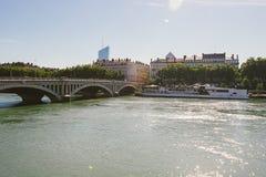 França, Lyon 16 de junho de 2017: Vista no Saone River e na ponte de Bonapart, Lyon, franco imagem de stock