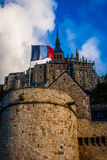 França. Normandy. Mont Saint-Michel. Bandeira francesa Fotos de Stock Royalty Free