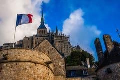 França. Normandy. Mont Saint-Michel. Bandeira francesa Fotografia de Stock