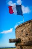 França. Normandy. Mont Saint-Michel. Bandeira francesa Imagem de Stock