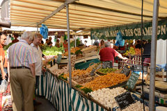 França, o mercado pitoresco de Versalhes Fotos de Stock Royalty Free