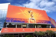 França, o palácio do festival de Cannes nas cores do 72th festival internacional do filme imagens de stock
