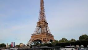 FRANÇA, PARIS - 8 DE JUNHO DE 2015: Um lado da torre Eiffel famosa do barco no rio vídeos de arquivo