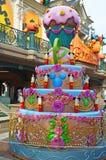 França, Paris, Disneylândia, o 14 de outubro de 2018 bolo do copo da decoração de Disneyland Paris e bolo de aniversário foto de stock royalty free
