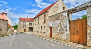França, a vila pitoresca de Saint Pere de Fontenay nos les Yv Foto de Stock