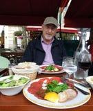 Français appréciant le repas en café de Paris Images libres de droits