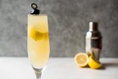 Français 75 Champagne Cocktail avec la peau de citron et l'olive noire Image libre de droits