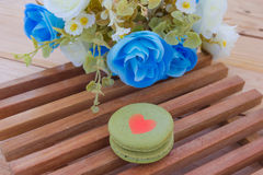 Français coloré Macarons sur le panneau en bois Photographie stock